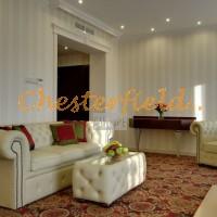 Chesterfield Schlafsofa,Tisch, Hotelraum